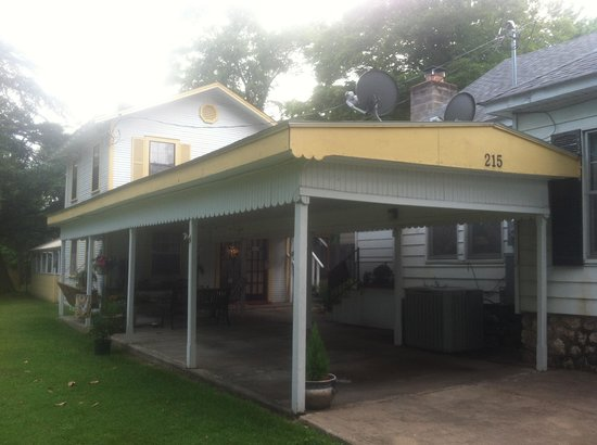 The Mary Geasland Guest House: Peaceful and comfy patio, fireflies included!
