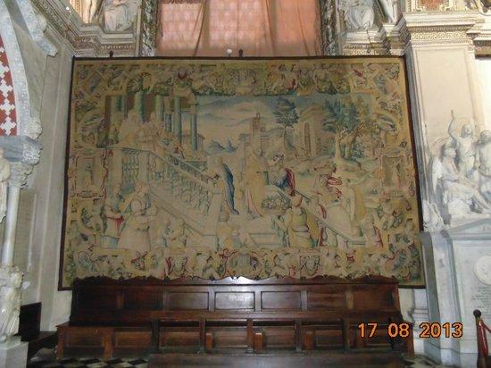 Cattedrale (Duomo) di Bergamo e Battistero: Tapete postado nas paredes