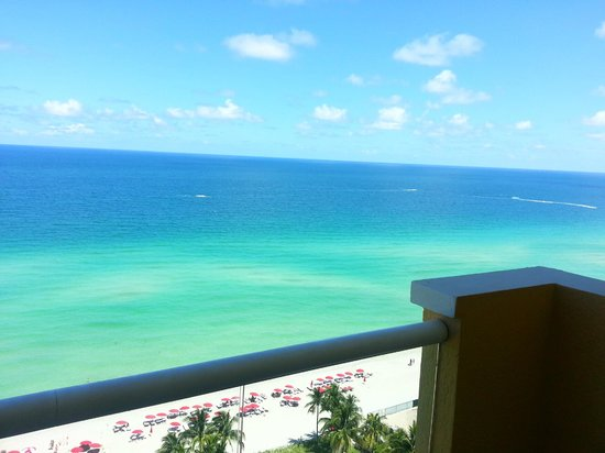 Acqualina Resort & Spa on the Beach: Right side of balcony view