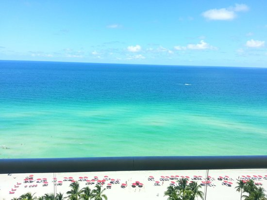 Acqualina Resort & Spa on the Beach: Middle side of balcony view