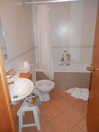 Hotel Kennedy Nova: bagno della stanza  con vasca da bagno