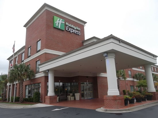 Holiday Inn Express Leland-Wilmington Area: Entrance to Hotel
