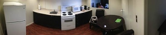 The Business Inn & Suites: Generous kitchen area