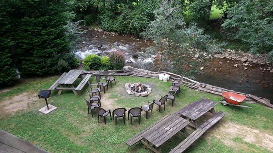 Maggie Valley Creekside Lodge: creekside picnic area