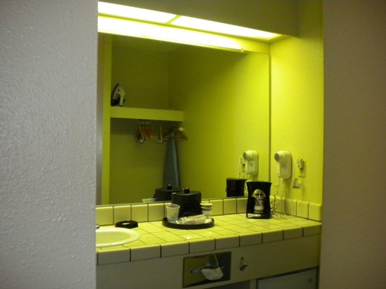 Best Western Plus Inn Scotts Valley : Dimly lit vanity w/ no towel bar
