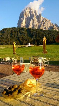 Sporthotel Monte Pana: Abendstimmung an der Außenbar
