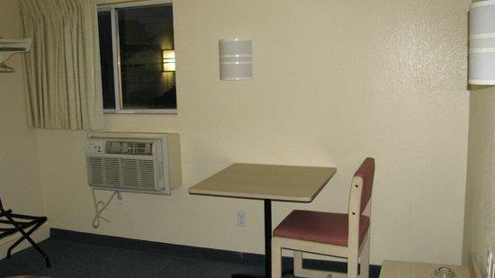 Motel 6 Portland: table avec une seule chaise