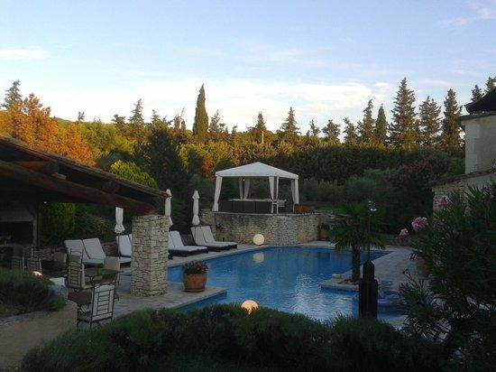 Le Lantana: vista piscina con zona relax