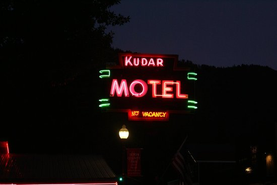 Kudar Motel & Cabins: The sign for Kudar Motel