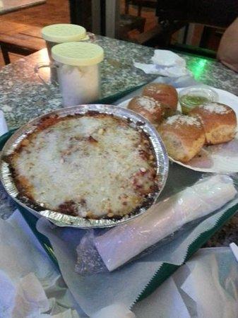 Casola's Pizzeria & Sub Shop: Spaghetti whith breads
