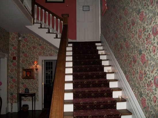 Brockamour Manor Bed and Breakfast : Candlelit stairway
