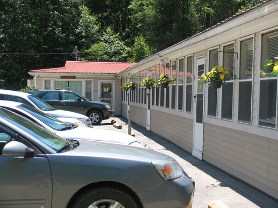 The Pondside Motel: Front of Main Building