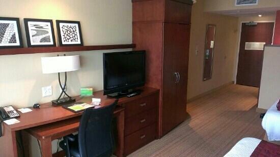 Courtyard Newport News Airport: Queen Guest Room - Workspace/Closet