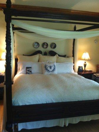 Honeybee Inn Bed & Breakfast: King-size bed in Queen Bee room