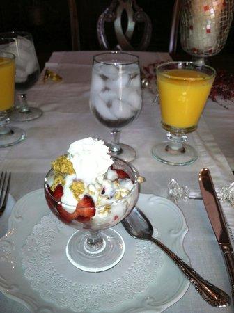 Honeybee Inn Bed & Breakfast: Fruit and granola - yummy!