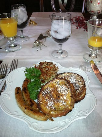 Honeybee Inn Bed & Breakfast: Stuffed French Toast, sausage & potatoes.  Every bite delicious!!!