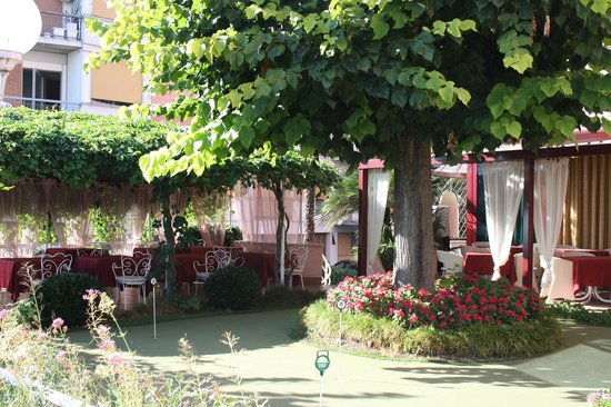 Hotel Kriss Internazionale: The outside dining area , over looking the lake