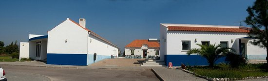 Aldeamento de Palmela: left: restaurant / right: reception / the far building the bar