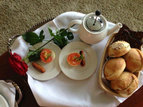Schackenborg Slotskro: En del af den morgenmad som vi fik på værelset
