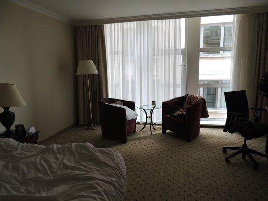 Hilton Antwerp Old Town: Sillones dentro de la habitación