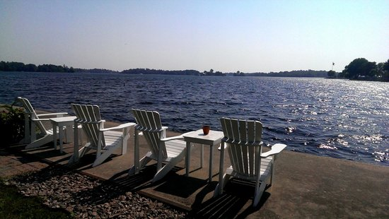 The Gananoque Inn and Spa: Muskoka chairs on the waterfront