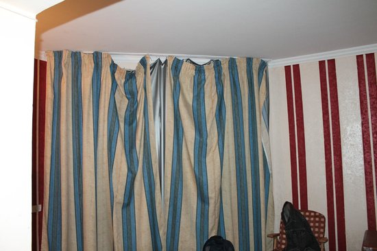 Ocean Club Hotel: curtain was hanging off this is when they fixed it