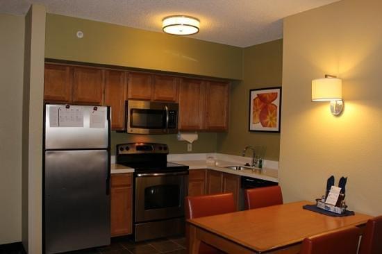 Residence Inn Anaheim Resort Area/Garden Grove : kitchen area