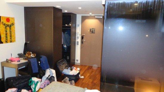 GLO Hotel Art: camera, sulla sx doccia a vista