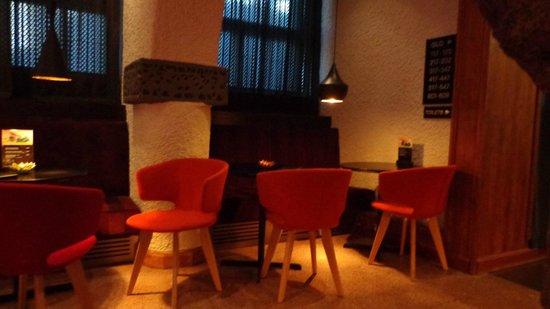 GLO Hotel Art: tavolini nel bar della reception