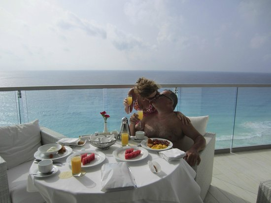 Secrets The Vine Cancún: Breakfast on our balcony every morning!