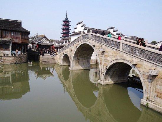 Qiandeng Ancient Town: 塔、橋