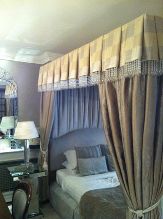 White House Manor: Lovely romantic drape curtains