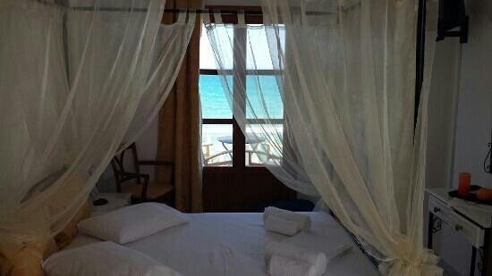 Roussos Beach Hotel: camera