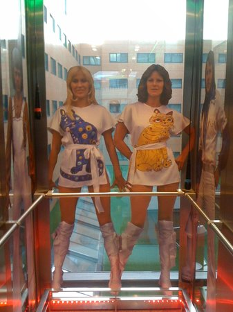 Clarion Hotel Sign: Abba inside the lift, waitin' for the Hotel guests ;)