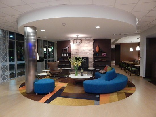 Fairfield Inn & Suites Tustin Orange County: Front Lobby Sitting Area