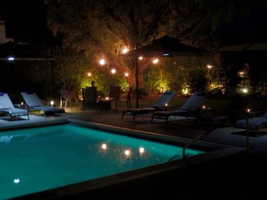 Desert Riviera Hotel: pool area at night