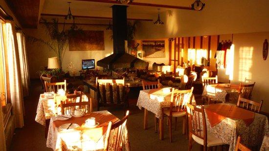 Hosteria Guemes: comedor y living en la mañana temprano