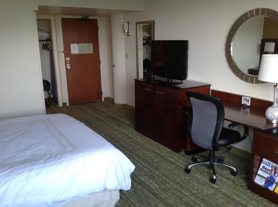Salt Lake City Marriott University Park: Room looking from window to door