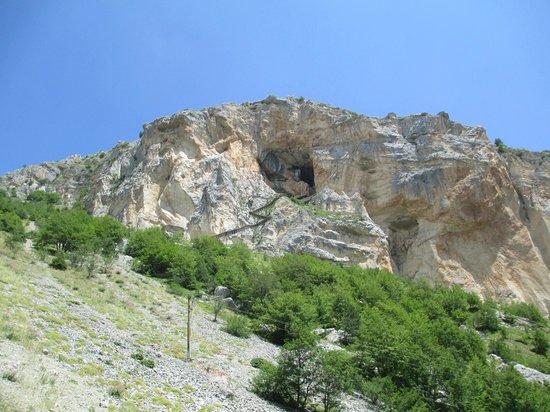 Grotta del Cavallone: Ingresso grotta visto dalla funivia