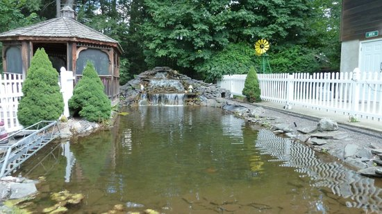 Rip Van Winkle Campgrounds: Pretty fountain by the entrance