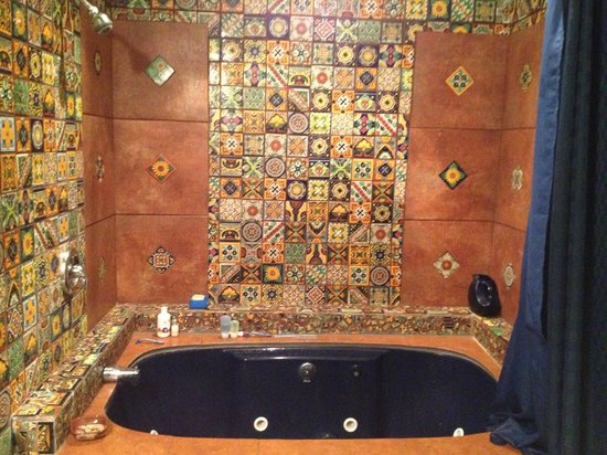 Talus Rock Retreat: Amazing bathtub/bathroom in Kipling room!