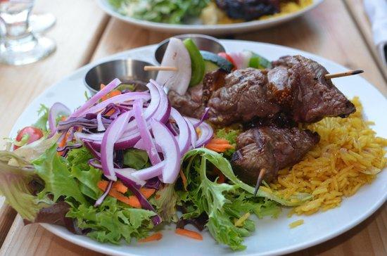 Bistro CoqLicorne: La brochette de bœuf et figues avec riz, salade verte et sauce BBQ (Le Minotaure)