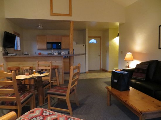 Glacier Pinnacle Cottages: living room