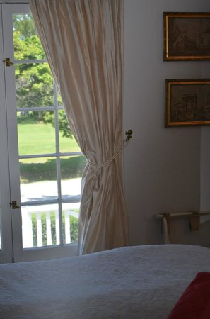 Lakewinds Country Manor : window in room