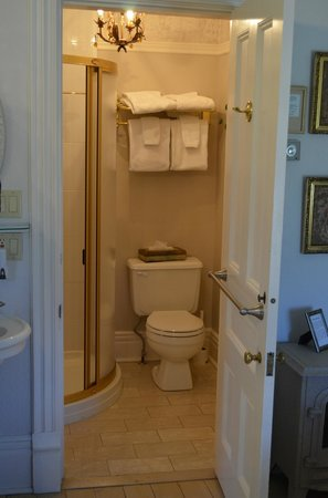 Lakewinds Country Manor: private bathroom