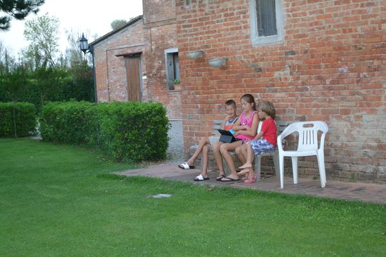 Podere Le Manzinaie: The kids just hanging out.