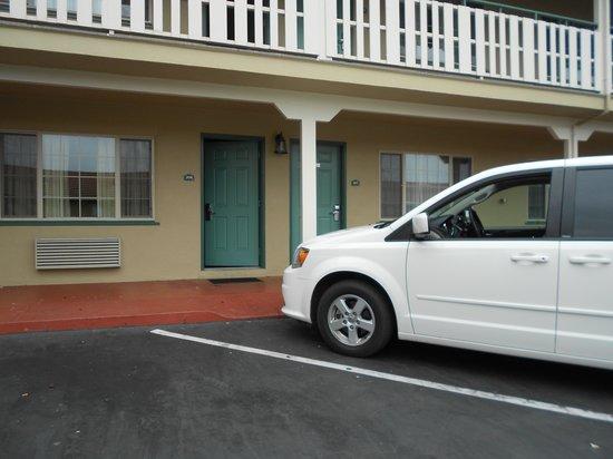 El Castell Motel: O carro fica bem proximo ao quarto.