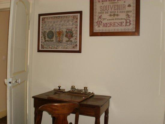 La Demeure des Vieux Bains : lovely old style furniture