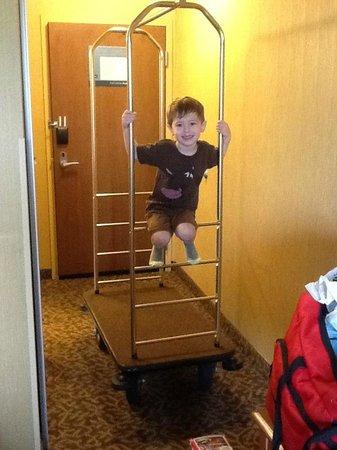 Hampton Inn Utica: Having fun with the luggage carts
