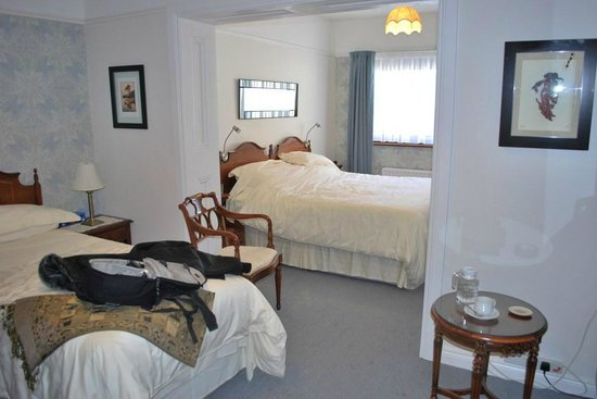 Ross Castle Lodge: Our huge bedroom.